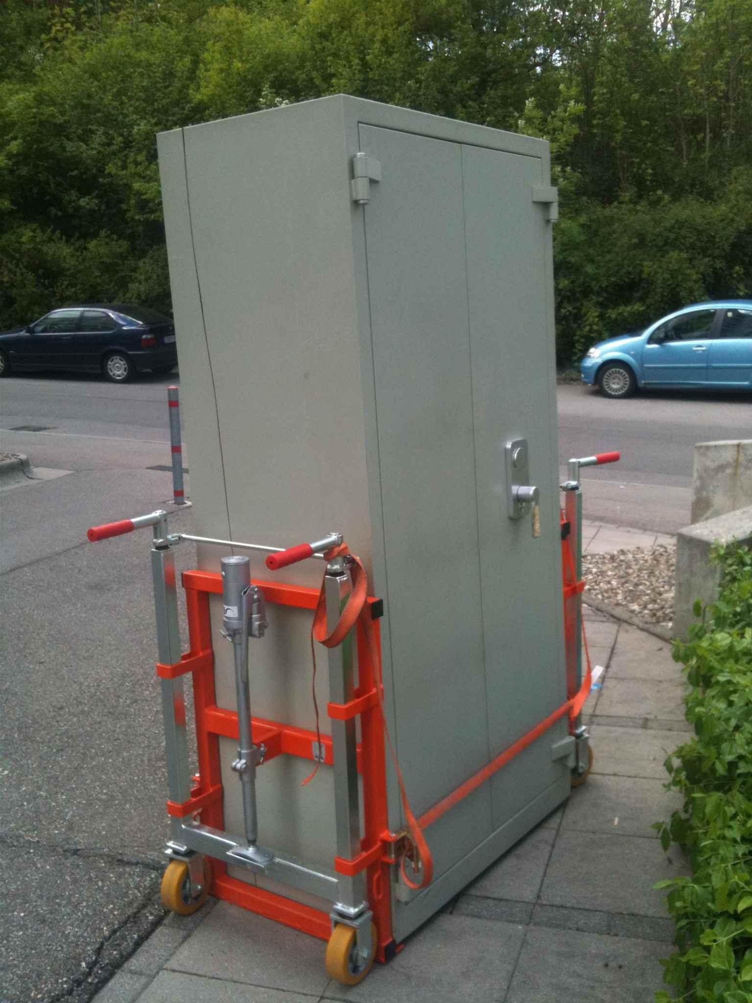 Tresor Transport mit hydraulischen Hebefahrwerk